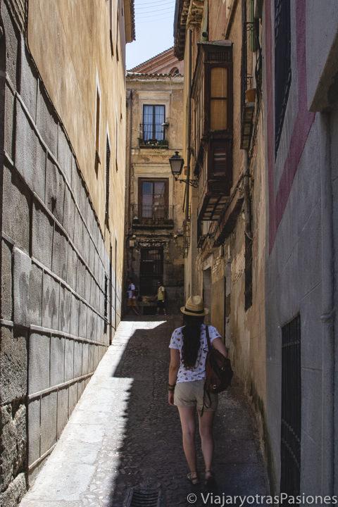 Bonito callejón en el centro de Toledo, España