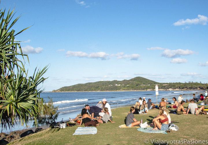 Bonito ambiente al atardecer en el Apex Park frente al oceano en Byron Bay, Australia