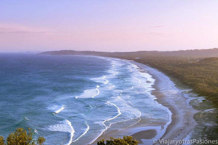 Increíble atardecer en Tallow Beach cerca de Byron Bay, Australia