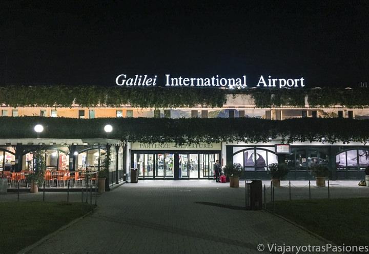 Entrada del aeropuerto Galileo Galilei de Pisa, Italia