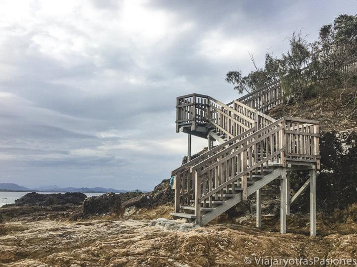 Escaleras del bonito Fisherman's Lookout en el Cape Byron Walking Track
