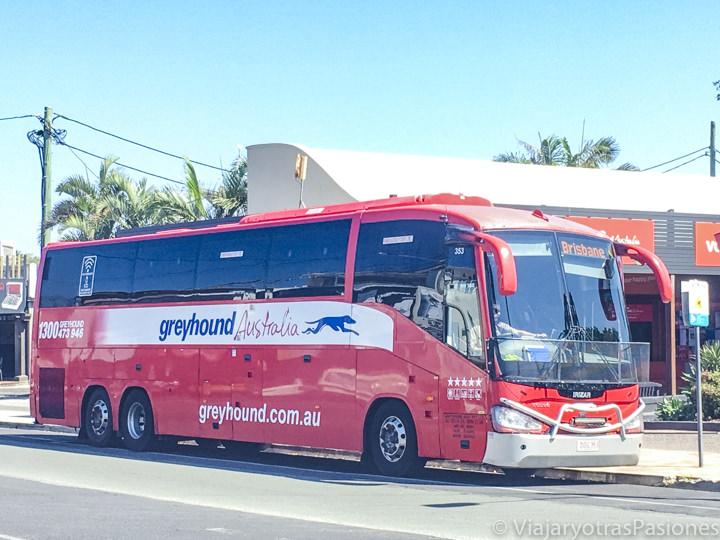 Bus de Greyhound en el centro de Byron Bay en Australia