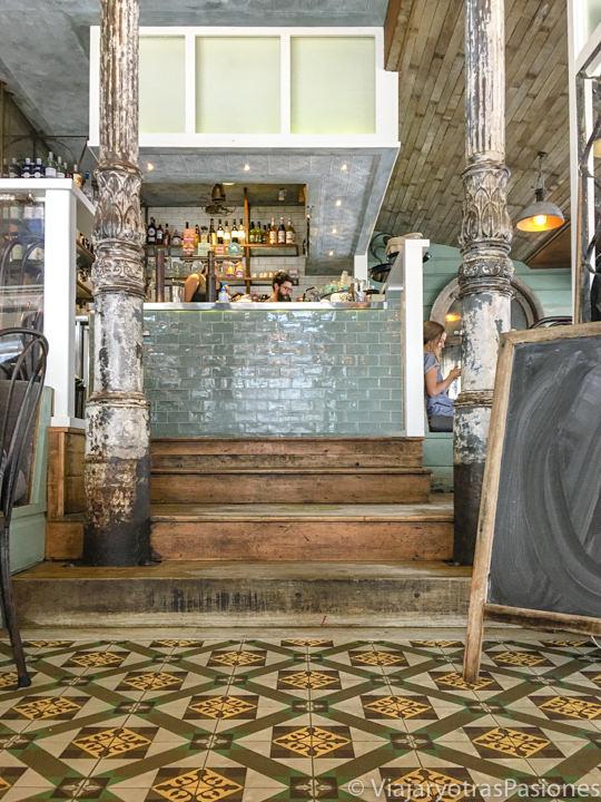 Bonito interior del cafe Byron Fresh en Byron Bay, Australia
