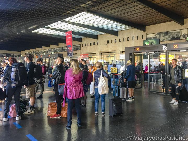 Sala principal de la estación de los trenes de Santa Maria Novella en Florencia