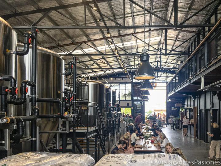 Interior de la cervecería Stone and Wood en las afueras de Byron bay, Australia