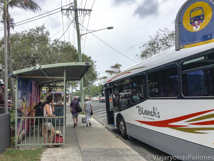 Parada del bus para el aeropuerto en el centro de Byron Bay en Australia