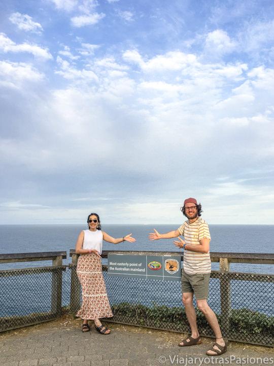 Pareja en el el punto más al este de Australia en Byron Bay