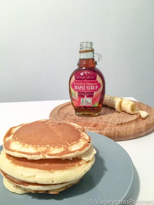 Imagen de pancakes y de sirope de arce