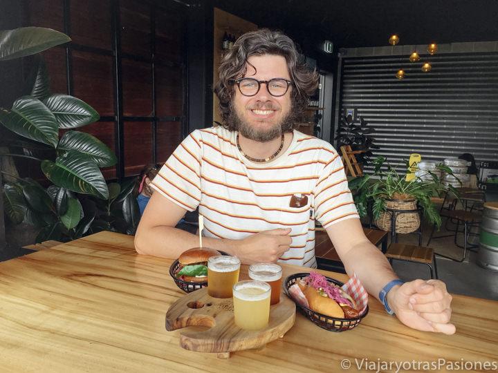Comiendo en la cervecería Stone and Wood de Byron Bay, Australia