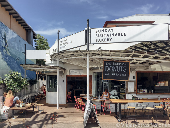 Entrada de la espectacular Sunday Sustainable Bakery en Byron Bay