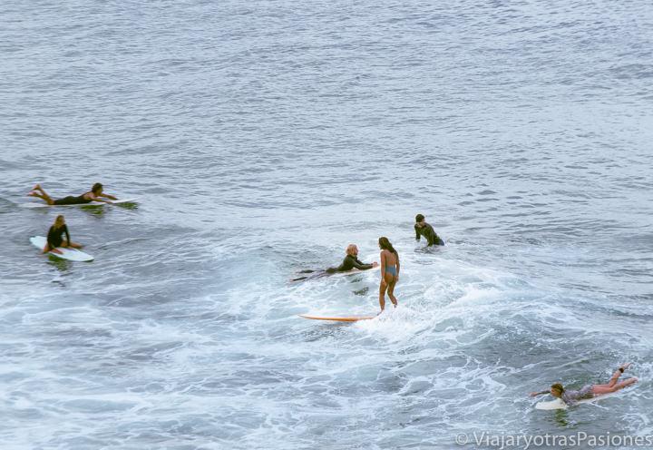 Haciendo surf en las famosas olas de Byron Bay, Australia