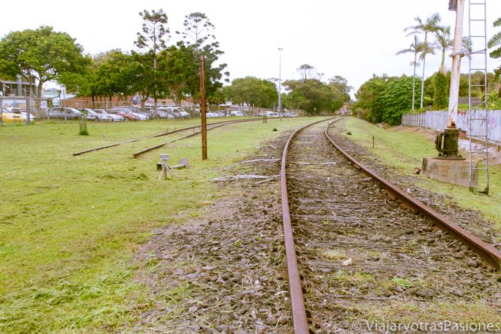 Via del tren en el centro de Byron Bay, Australia