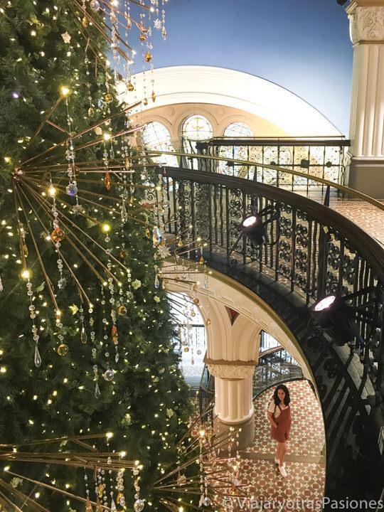 Interior con decoración navideña en el Queen Victoria Building, en Sydney