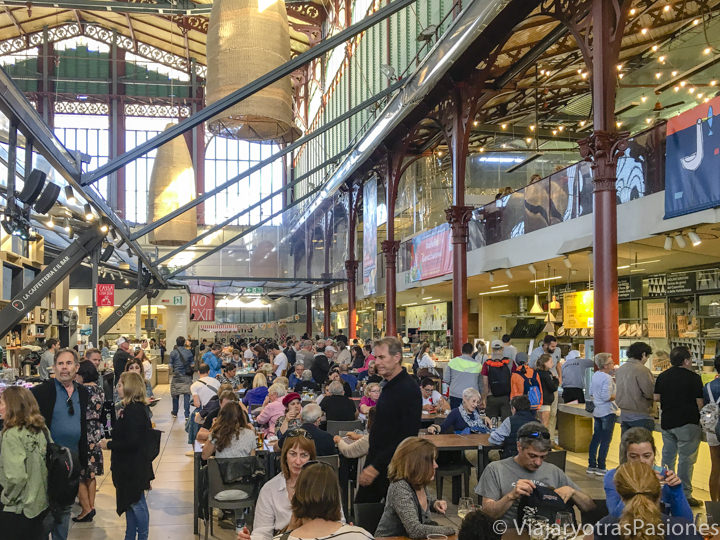 Panorama del food court del mercado central de Florencia, Italia