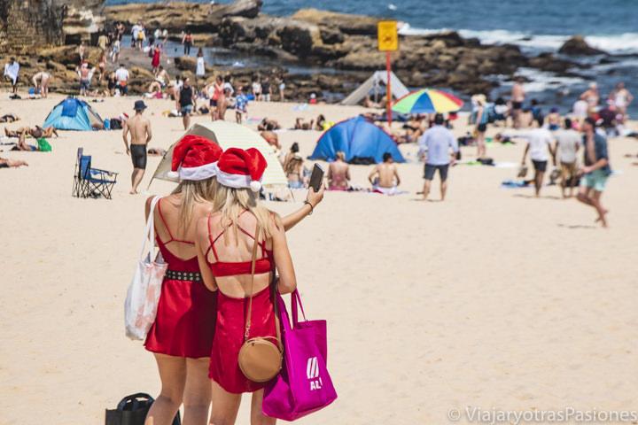 Chicas con gorrito de Papa Noel en la Playa de Coogee por Navidad