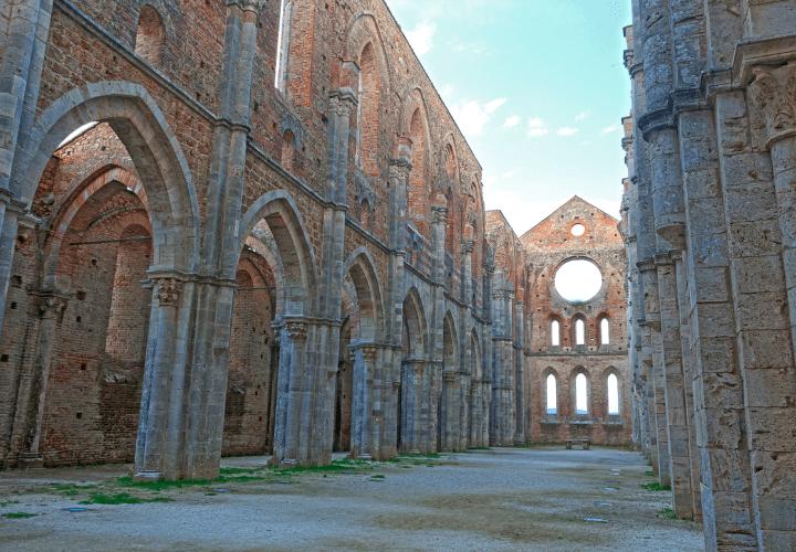 Interior de la hermosa Abadía de San Galgano en el corazón de la Toscana