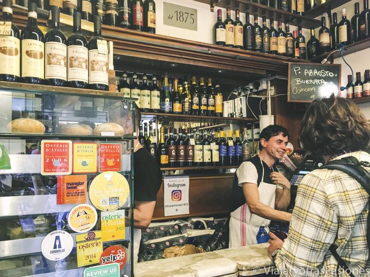 Ordenando los deliciosos panini de I Fratellini en el centro de Florencia, Italia