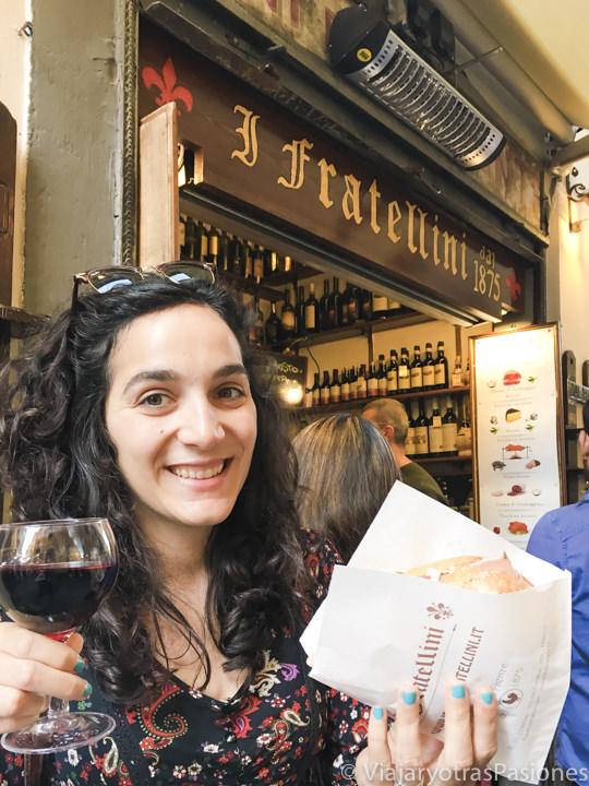 Comiendo un famoso panino de I Fratellini en Florencia, Italia