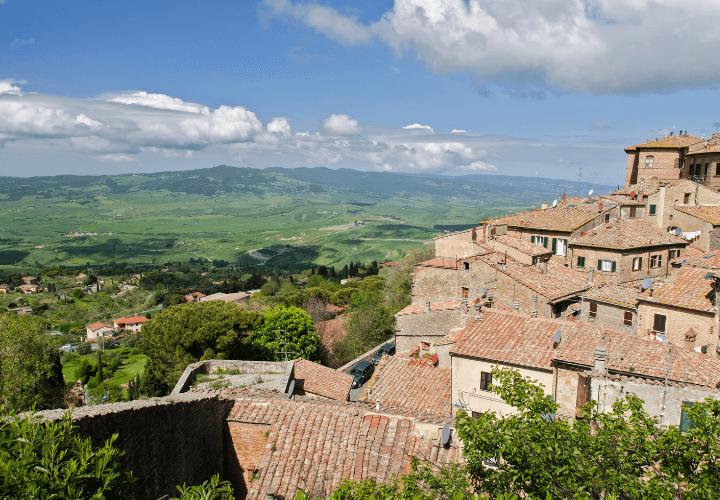 Imagen panorámica de la hermosa ciudad de Volterra en la Toscana, Italia