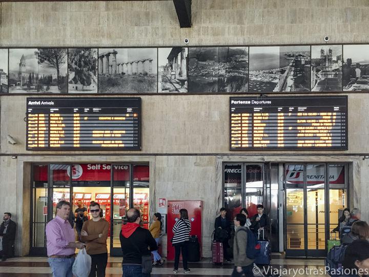 Pantalla de los destinos en la sala principal de la estación de Florencia, Italia