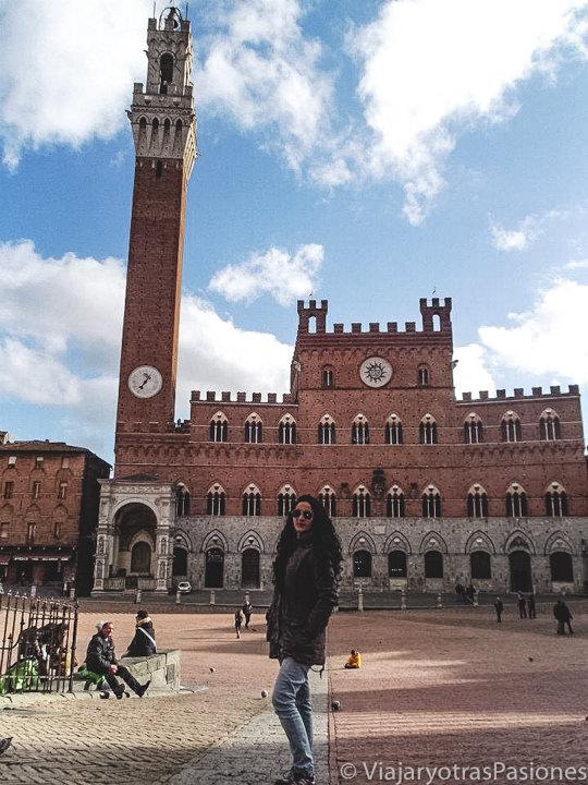 Panorama de la impresionante Piazza del Campo de Siena en Toscana, Italia
