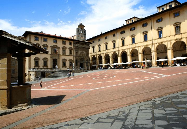 Vista de la famosa Piazza Grande de Arezzo, en Toscana
