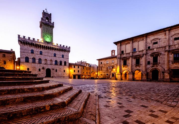 Vista de la Piazza del Popolo de Montepulciano en Toscana, Italia