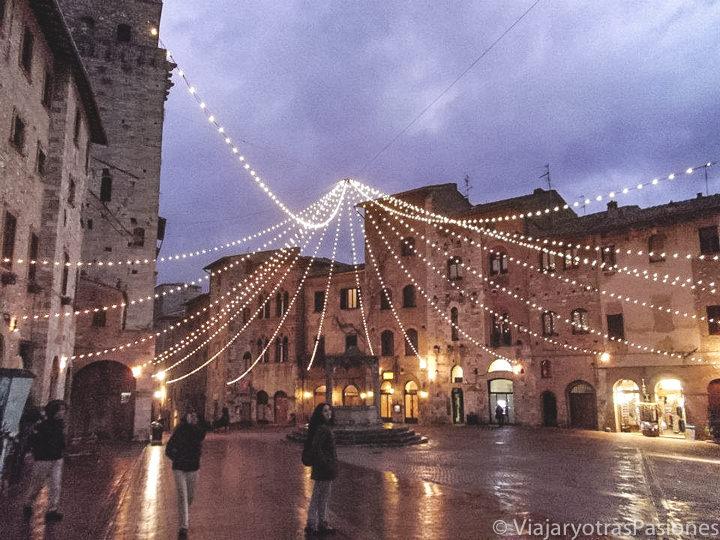 Imagen de la característica plaza central de San Gimignano en Toscana, Italia