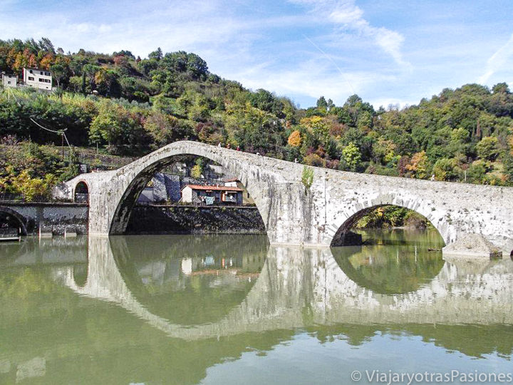 Vista del increíble Ponte del Diavolo en Garfagnana, Toscana