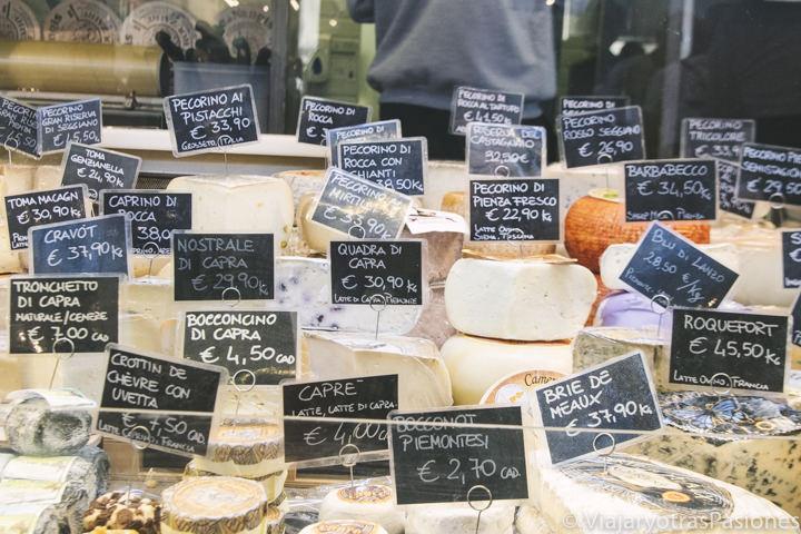Espectacular imagen de un puesto de quesos en el mercado de Florencia