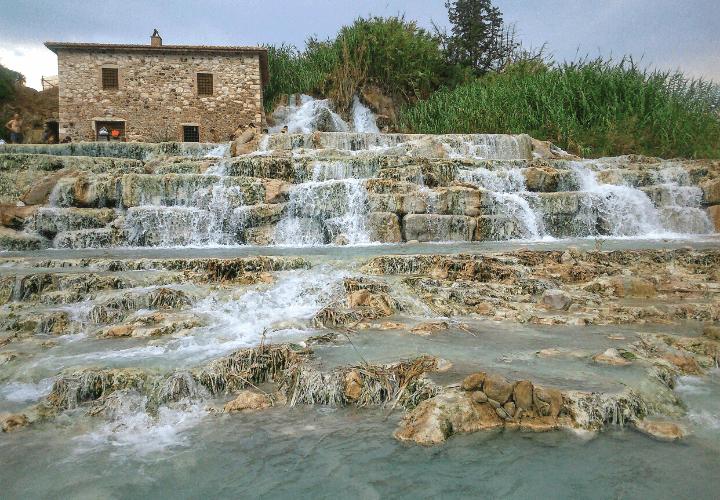 Vista de la espectaculares Terme di Saturnia en Toscana, Italia