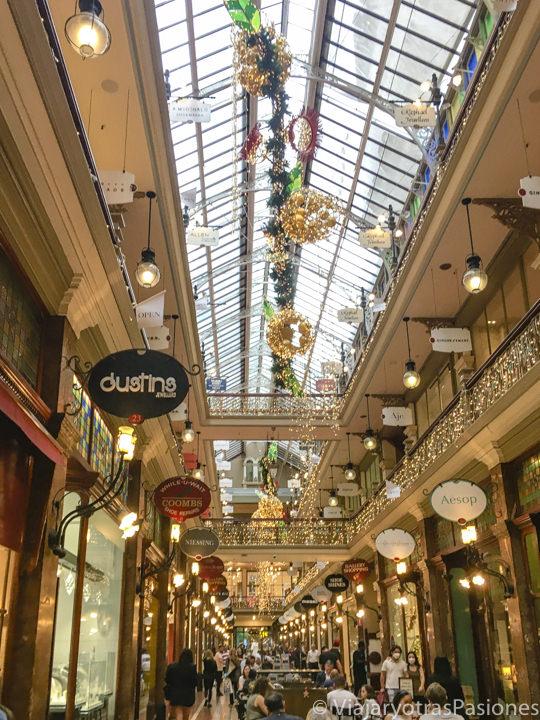 Interior del The Strand Arcade en el centro de Sydney para Navidad