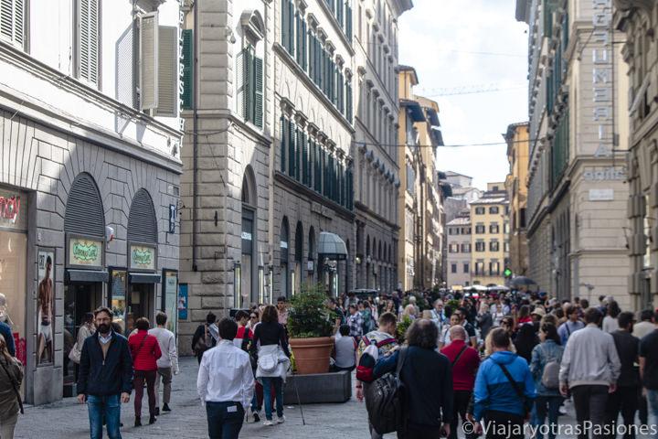 Panorama de la famosa via dei Calzaiuoli en el centro de Florencia