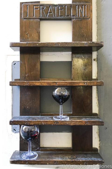 Estantería donde dejar el vino el la panineria I Fratellini en Florencia