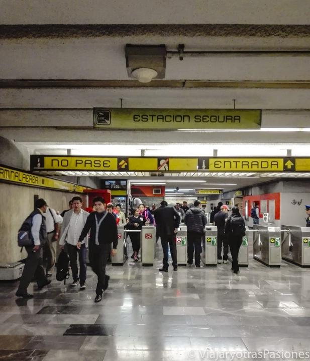 Entrada de una estación de metro de CDMX, en México