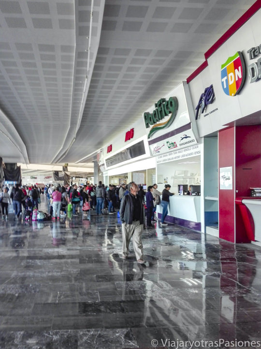 Interior de la Terminal Central de Autobuses del Norte en CDMX, México