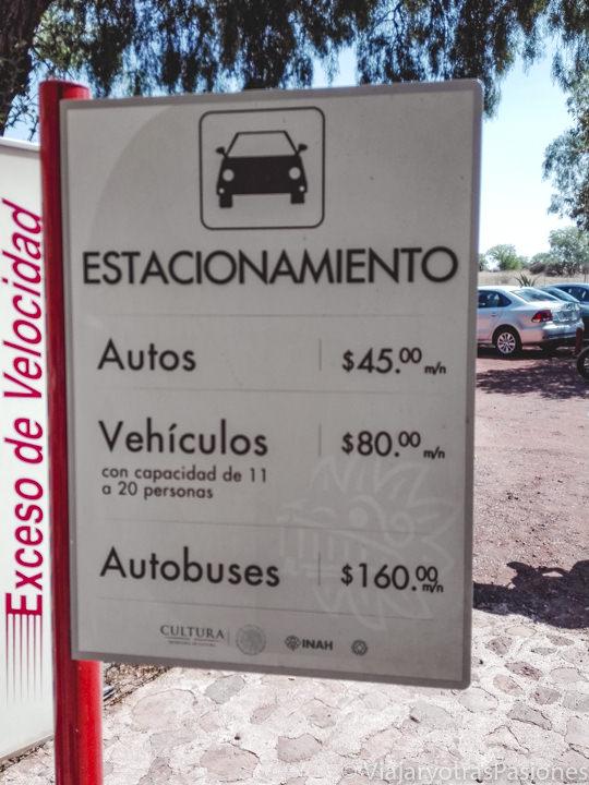 Señal del parking del sitio arqueológico de Teotihuacán, México