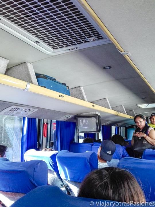 Interior del autobús para llegar a Teotihuacán desde Ciudad de México