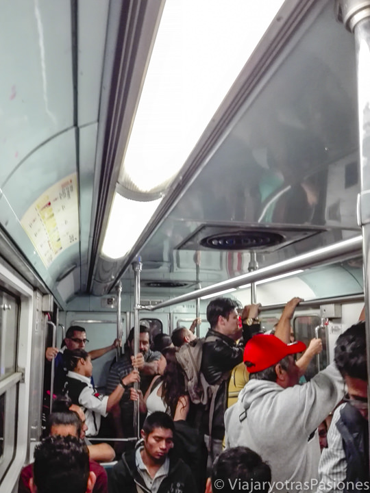 Interior de un tren de la red de CDMX en México