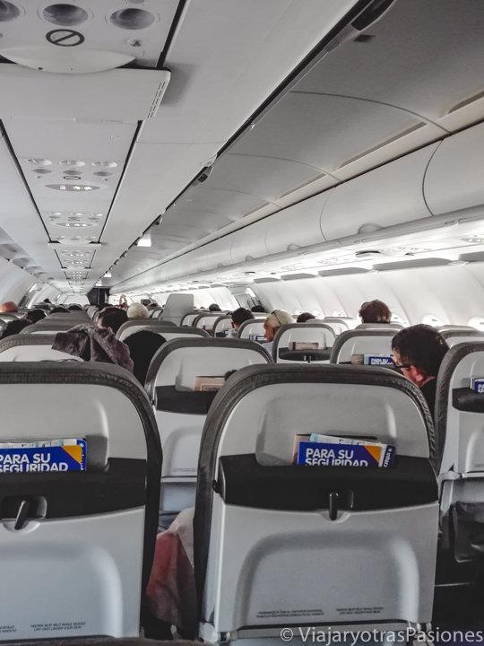 Interior de un avión en el aeropuerto de CDMX, México
