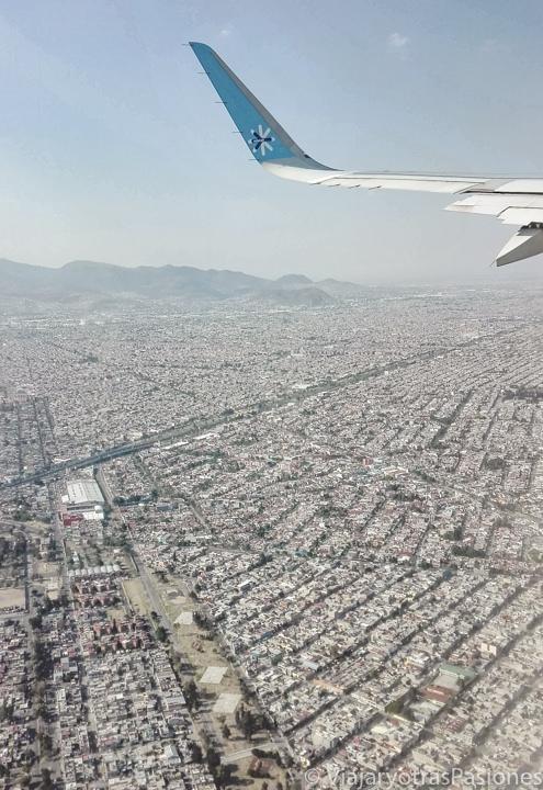 Espectacular vista de la Ciudad de México desde el avión aterrizando