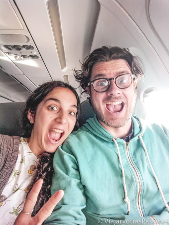 Pareja llegando en avión en CDMX, en México