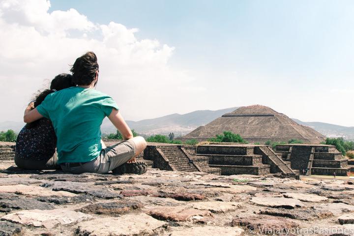 Pareja en el increíble sitio de Teotihuacán en México