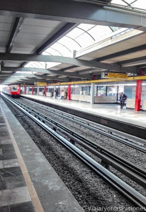 Interior de una estación de metro en CDMX, México