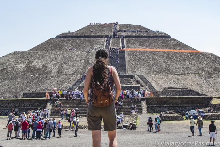 Mirando la famosa Piramide del Sol en Teotihuacán, México