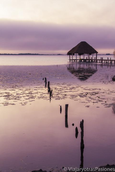 Hermoso amanecer en la Laguna Bacalar, en México