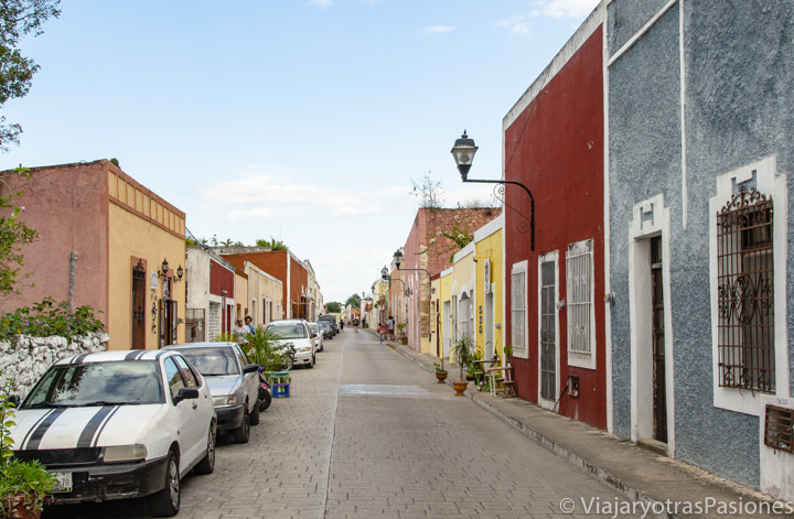 Típica calle con casas coloradas de Valladolid, México