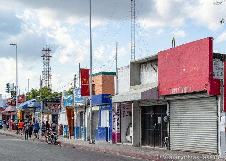 Típica calle no turística de Playa del Carmen, México