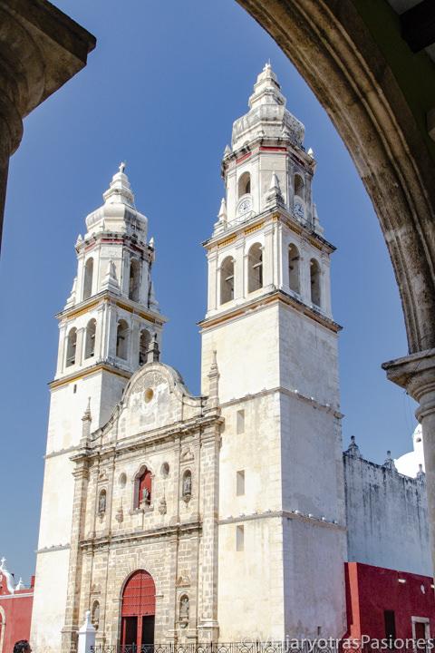 Fachada de la Catedral de Nuestra Señora en el centro de Campeche, México