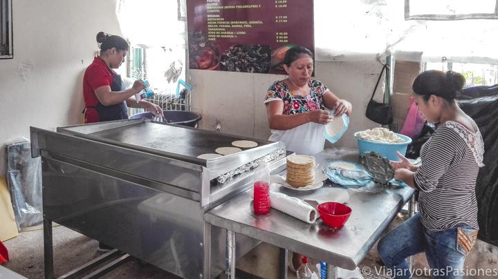 Cocina de la famosa taquería Honorio en Tulum, México